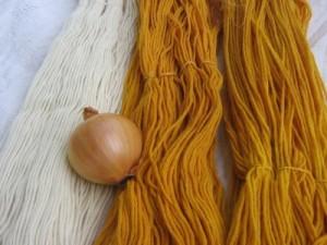 Wollstränge gefärbt mit Zwiebelschalen